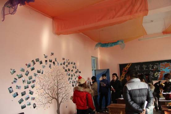 艺术与设计学院举办教室设计大赛 2012年11月19日11:45时,艺术与设计学院举办了以青春魅力为主题的班级教室设计大赛活动。各班级积极参与并收集照片、文档介绍和班级现场讲解。 班级设计大赛不仅展示了班级同学们的才艺,主要是体现了集体的团队精神,组织能力和对艺术的理解和品味。在设计的过程中,每位同学都大显身手奇思妙想的设计让各位评委赞不绝口。每个班级都有自己不同的风格和独特的魅力,都代表着他们对大学四年的憧憬与对未来的憧憬。 此次以青春魅力为主题的班级教室设计大赛活动,使同学们收获甚多