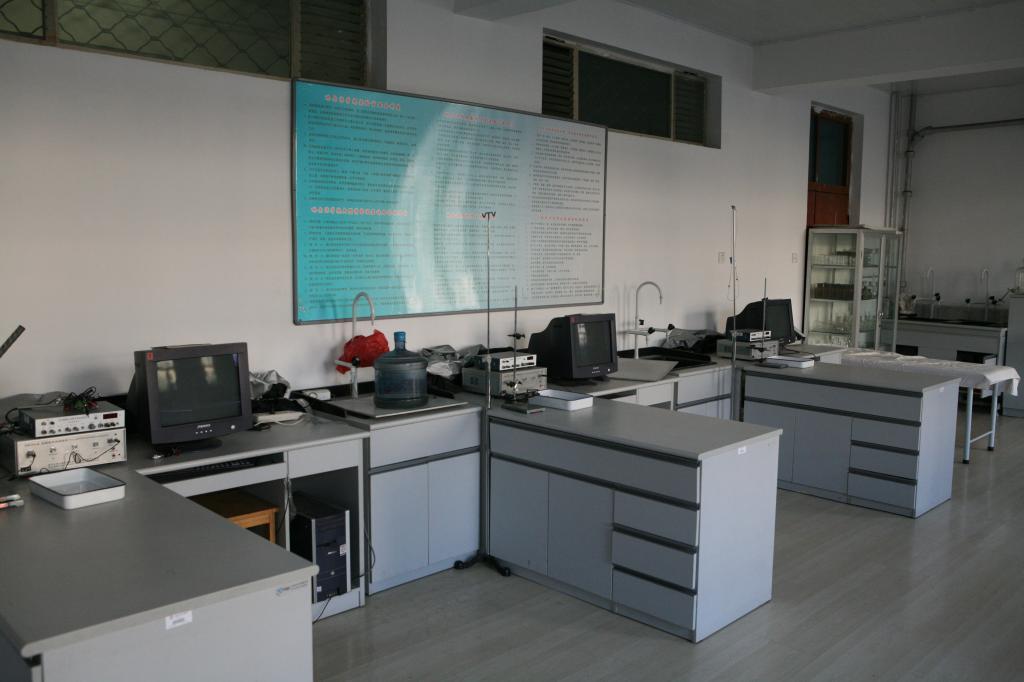 植物生物学实验室,动物学实验室,动物生理学实验室和天平室.